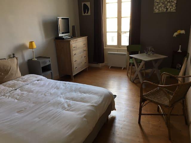 Chambres dans maison d'artistes. - Châteauneuf-sur-Charente - House