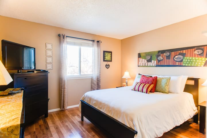 Lovely 1Bd w parking incl great loc - Aurora - House