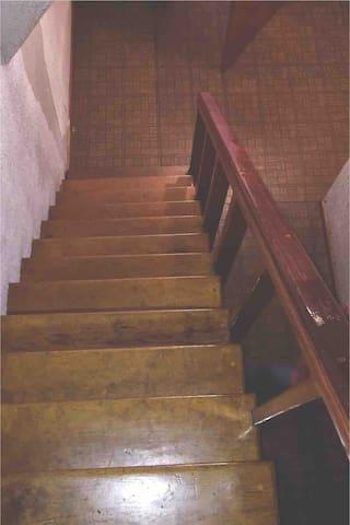 Escaleras de madera para subir y bajar hacia las recamaras en planta alta y ático