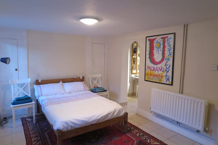 Spacious Central London one-bedroom flat