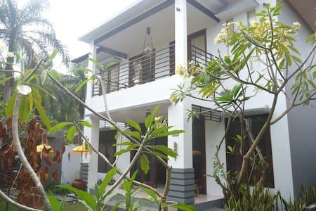 Modern western house Bungalow 1 - Batu Layar - Hus
