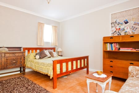 Self contained studio for two. - Hurlstone Park