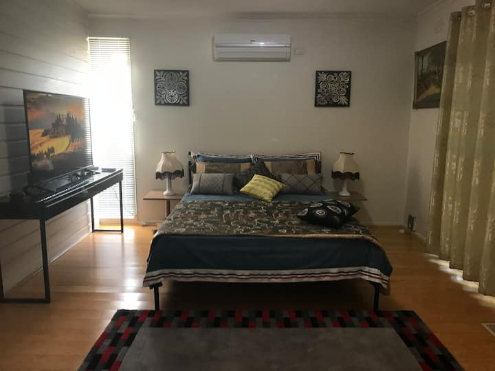Comfy, Light & Bright AC room in Burwood
