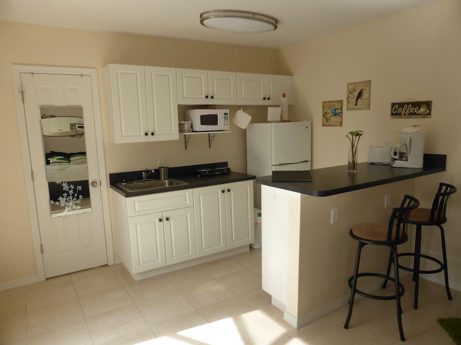 Küchenzeile mit Thresen gegenüber vom Schlafbereich / kitchen counter
