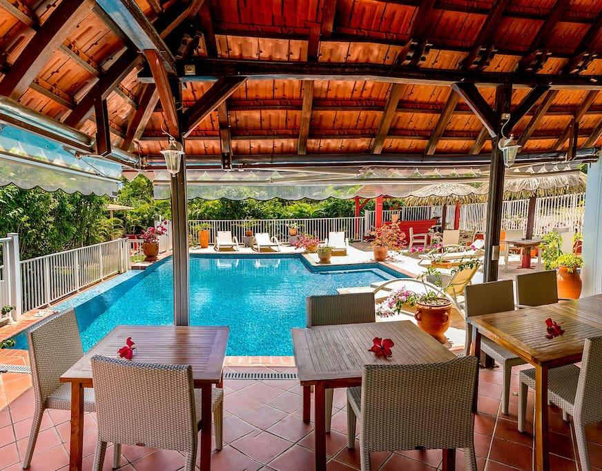 espace restauration et piscine
