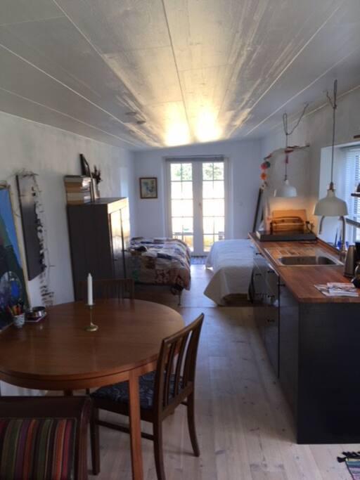 Hyggeligt lille hus med 2 senge, køkken, spise plads og sofa