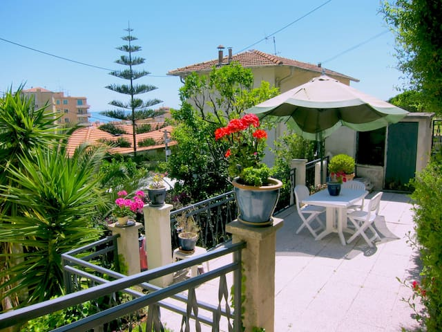 Villa 4bedrooms-near beaches - Menton - Dům