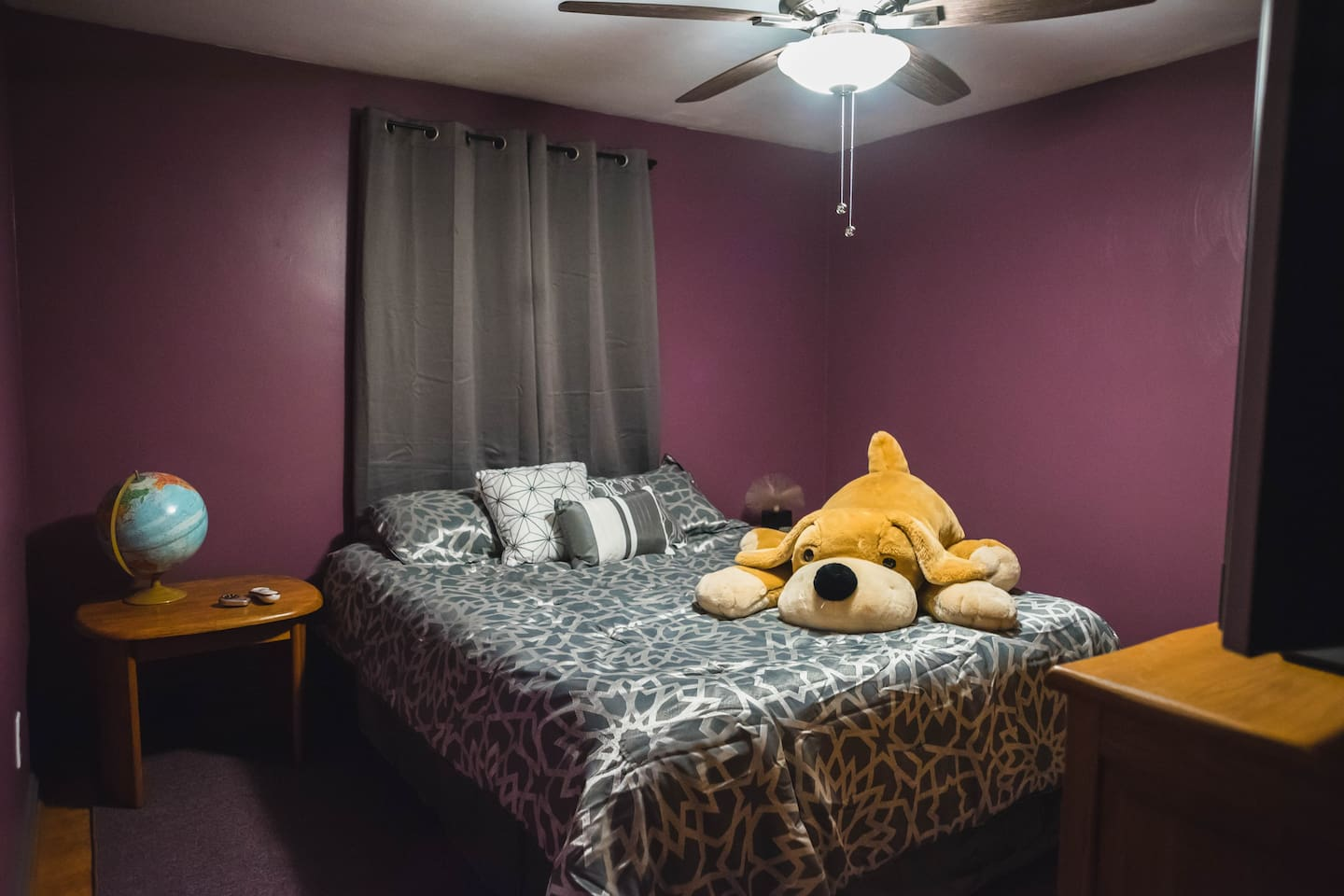 The Muahahahave Room that you will be staying in. It doesn't look like it but there is plenty of room here for your bags and an empty dresser and closet at your disposal if you are planning on staying for a while.