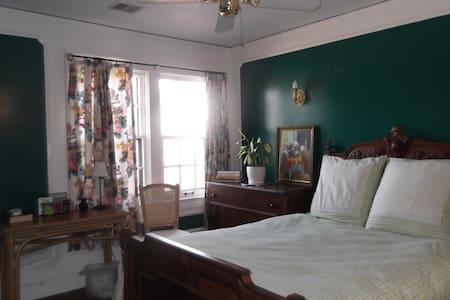 Tudor  Home near Country Club Plaza - แคนซัสซิตี้