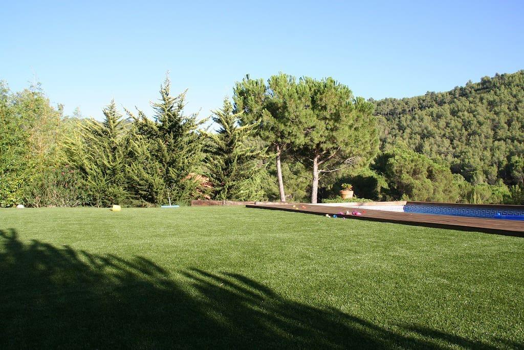 Amplio jardín con piscina privada