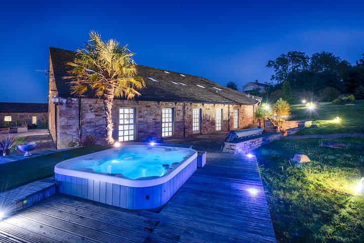 Perfect Relaxing Rural Barn with Pool & Hot Tub