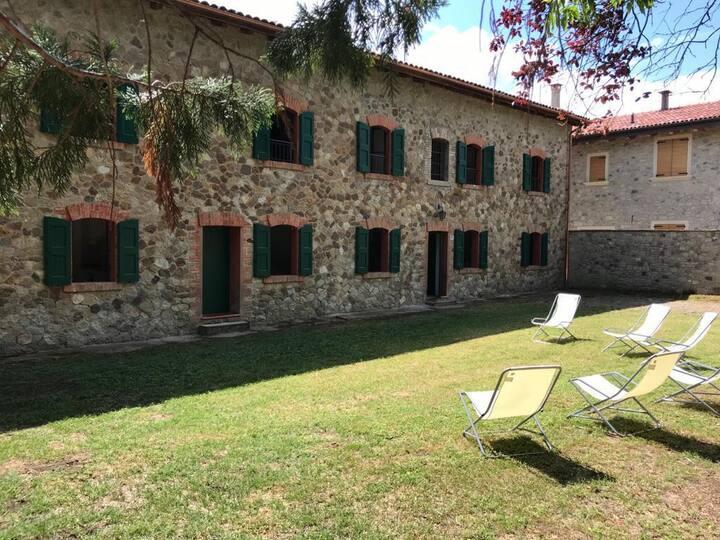 Casa in sasso con giardino a Villa Aria