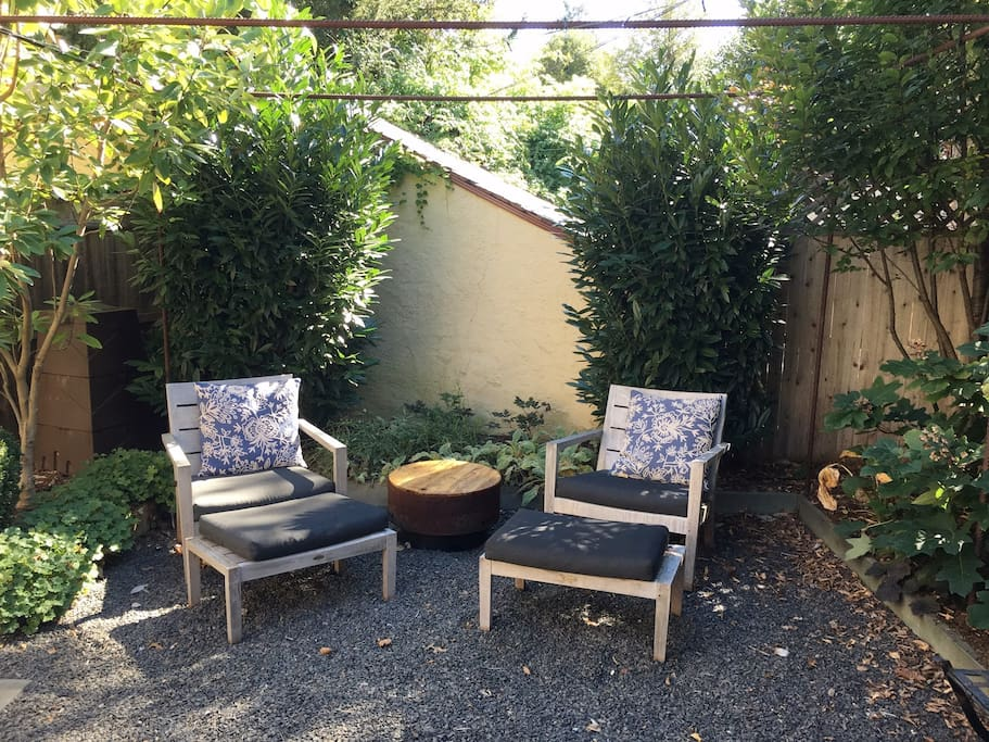 Backyard firepit & chairs