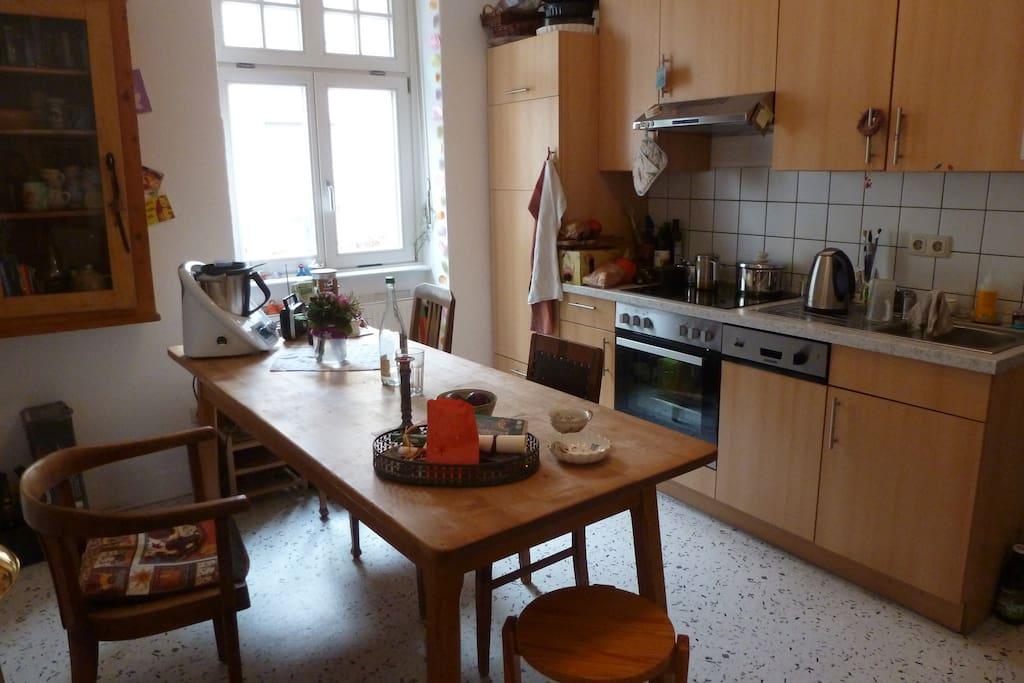 Küche, Fenster Ri. Museum (Sackgasse, Fußweg 1 Min.) mit Tür zu kleinem Innenhof
