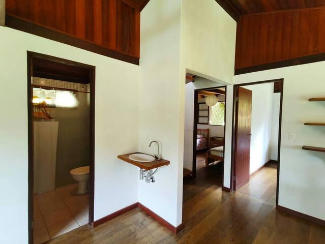 Entrada para o banheiro e para os quartos do térreo.