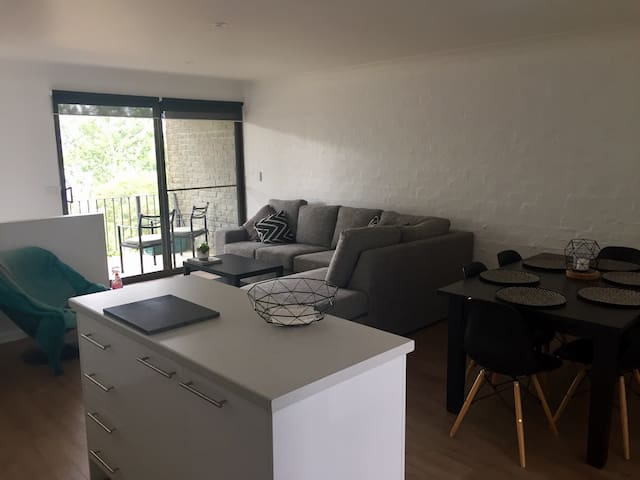 ON THE LAKE Modern 2 Bedroom Apartment - Jindabyne