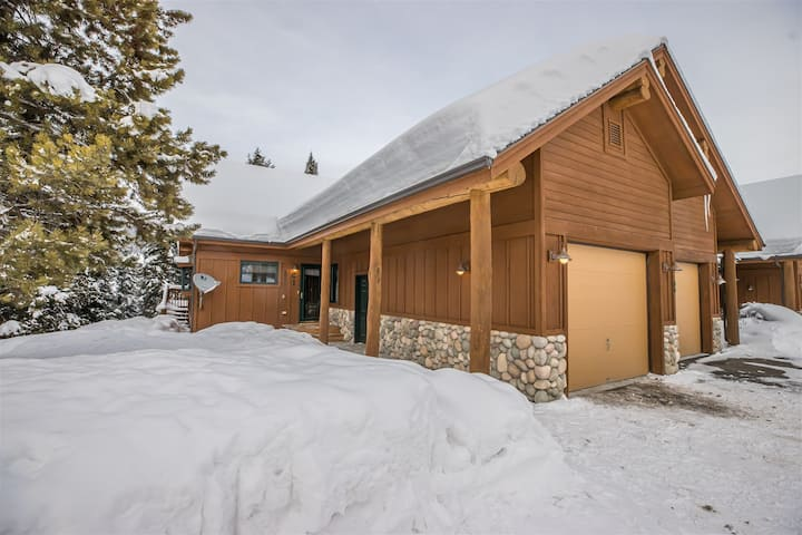 Beautiful 3-Bedroom Big Sky Retreat