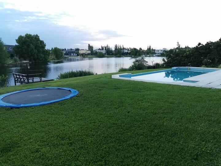 Casa en barrio cerrado a la laguna pileta piscina