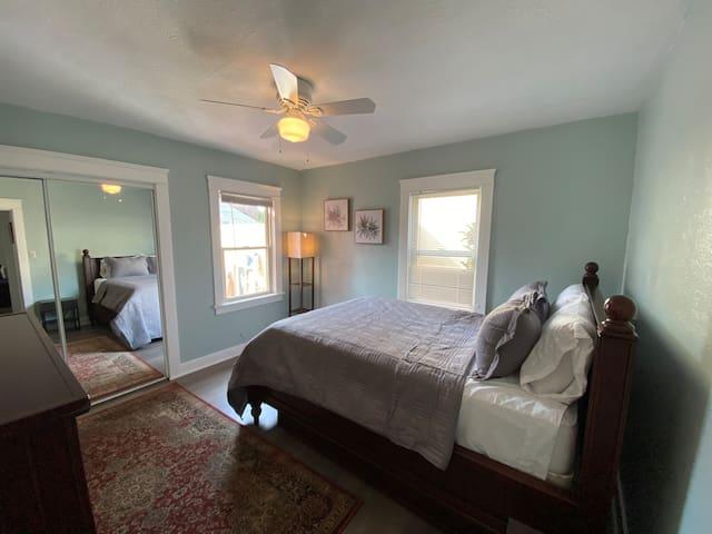 Bedroom 1 (Queen Bed)