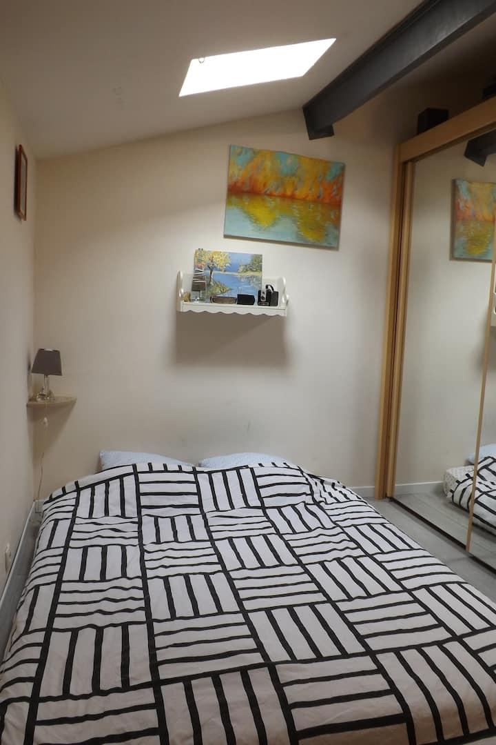 chambre lit queen size au cœur du sauternais