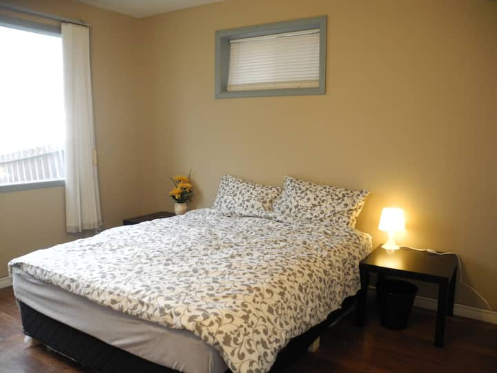 Inner city room with queen bed/kitchen/washer/Wifi