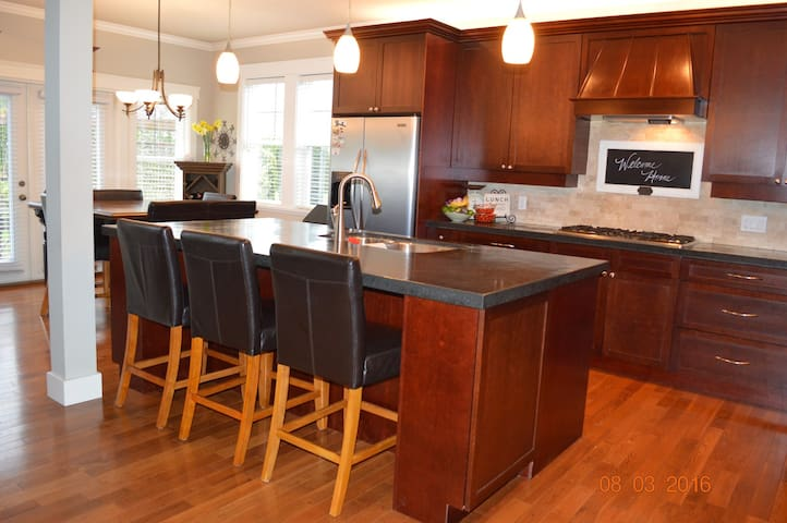 Beautiful 4BD Home by the Bay - Brentwood Bay - Casa