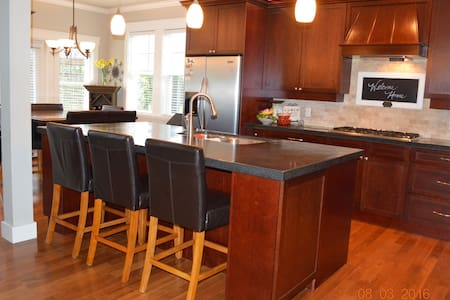 Beautiful 4BD Home by the Bay - Brentwood Bay - Haus