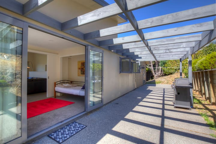 Otago: Beautifully appointed, spacious holiday home with panoramic views - Otago Lodge