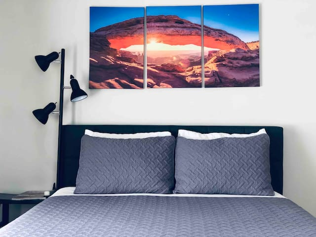 """Mountain View room """"C"""":   - Queen size bed, with memory form topper for additional comfort.   - Smart TV, working laptop surface, plenty of closet space.   - Fresh linens, towels, wash clothes & extra blankets/sheets in the closet if needed."""