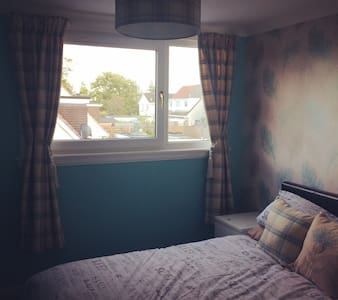 Room in Whitburn inbetween Edinburgh & Glasgow - Whitburn - House