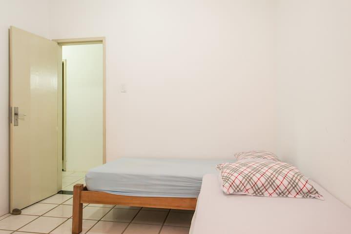 Quarto 3 com duas camas de solteiro. Muito bom para tirar um cochilo caso a varanda esteja muito agitada.
