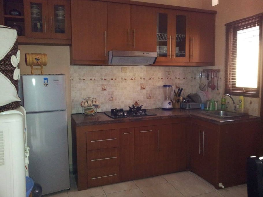 Dapur dengan kitchen set modern dan lengkap