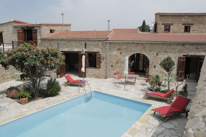 The House of Achilles-Stone Built Farmhouse & Pool - Larnaca - Huvila