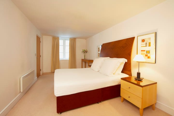 One bedroom apartment minutes from Cannon Street Station in secured building - Business travelers' favorite