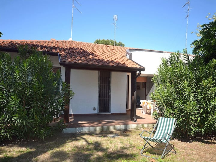 Villa in zona verde con ampio giardino e p.auto