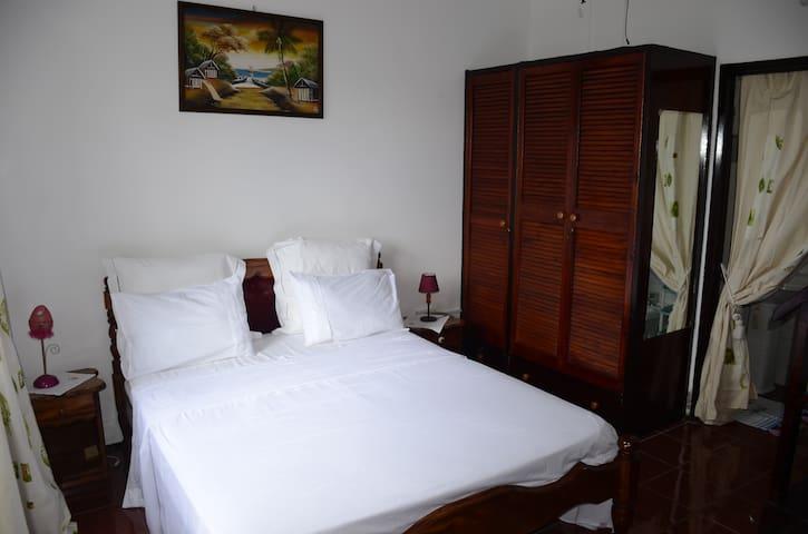 Chambre dans une maison d'hôtes. - Mahe - Ev