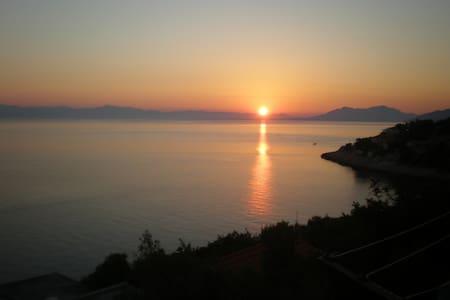 Amazing view of sunset and sunrise - Prigradica - Casa