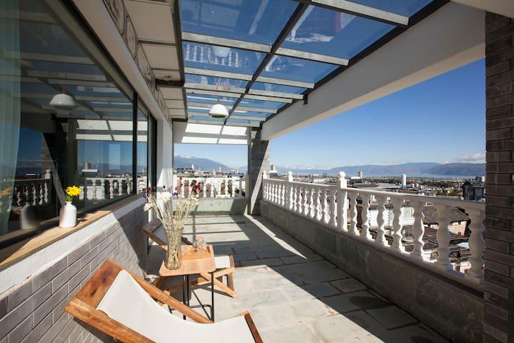 位于苍山脚下的洱海全景阳台房 - Dali - Vandrarhem