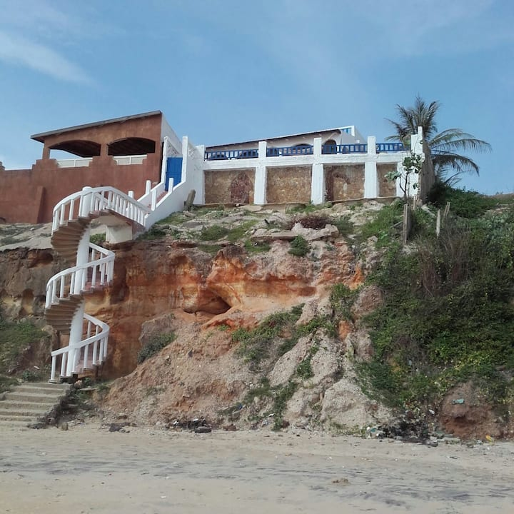 Maison blanche sur la falaise, en bord de mer.