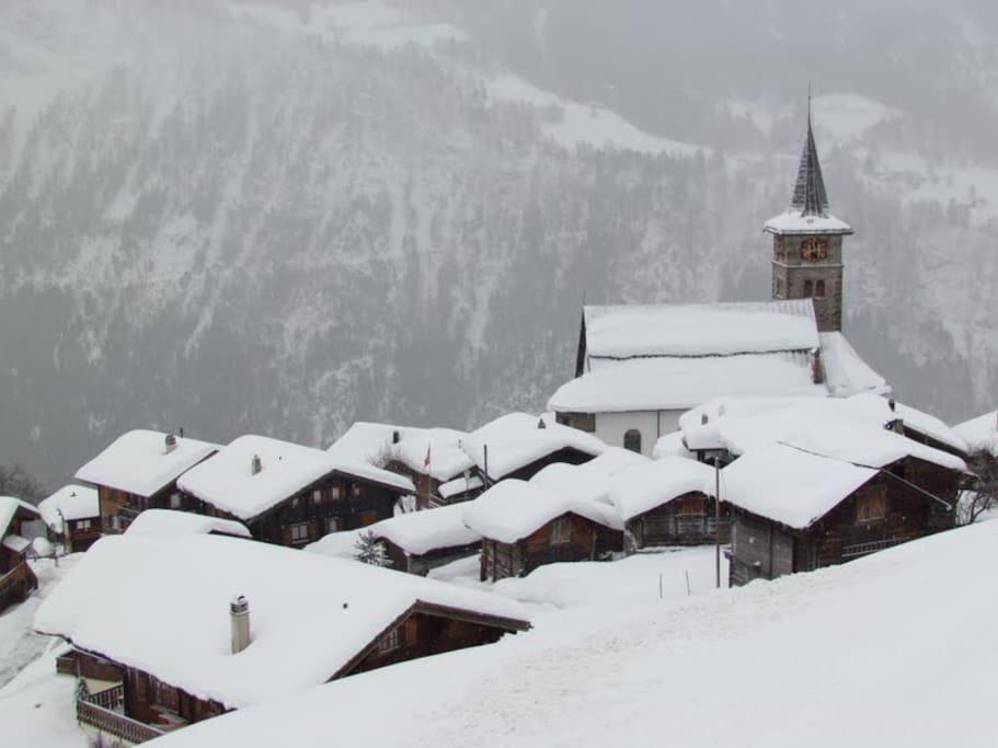Vanuit het huisje kijk je op het dorp.