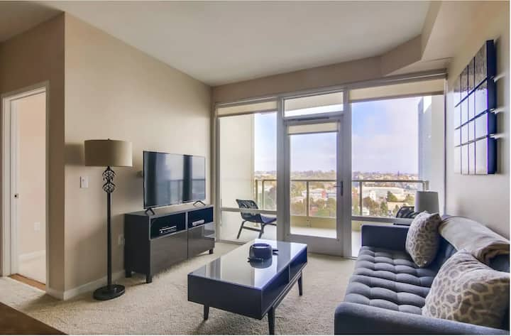 Bright Stylish 2BR with Pool - Downtown San Diego