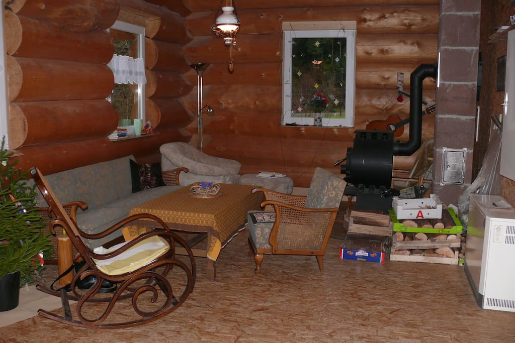 Gemütliche Wohnstube mit Sitzplatz am Ofen