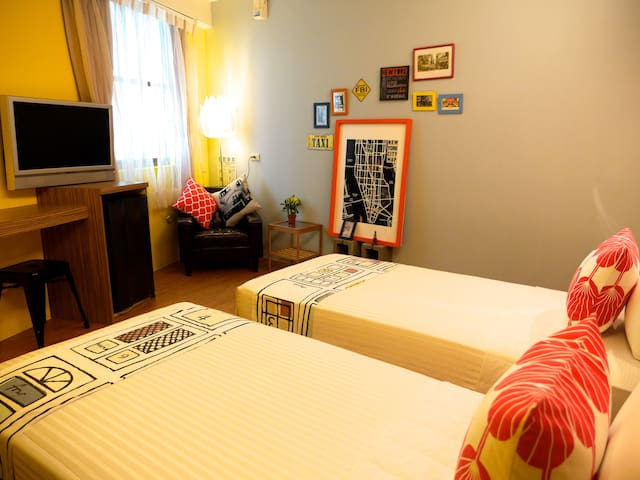 Kenting Street Renaissance Inn RM305  Twin room.