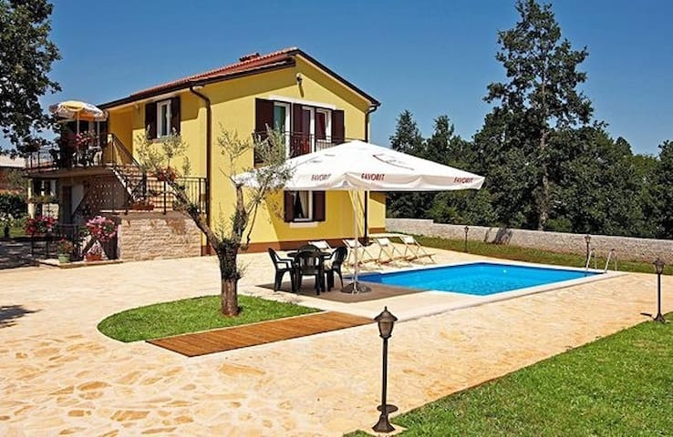 MODERN SPACIOUS HOUSE WITH POOL AND MANY SPORTS OFFERED - Pazin - Ház