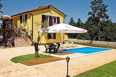 MODERN SPACIOUS HOUSE WITH POOL AND MANY SPORTS OFFERED - パジン