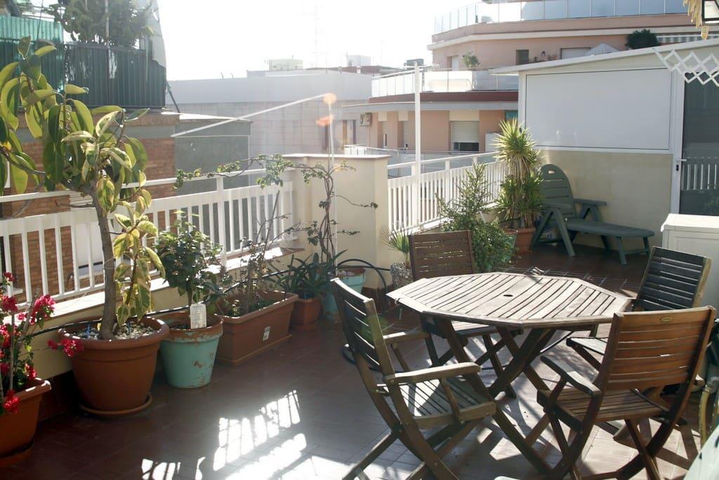Atico con terraza fira barcelona bed and breakfasts en - Atico terraza barcelona ...