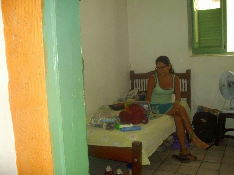 Quartos coletivos com camas de solteiro e beliche. E um quarto de casal com banheiro
