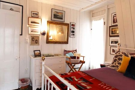 Oak Bluffs, walk to beach! East RM - Bed & Breakfast