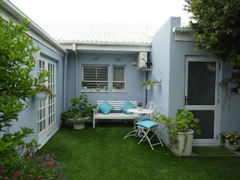 Karen's CornerCottage, pet friendly,aircon, garden