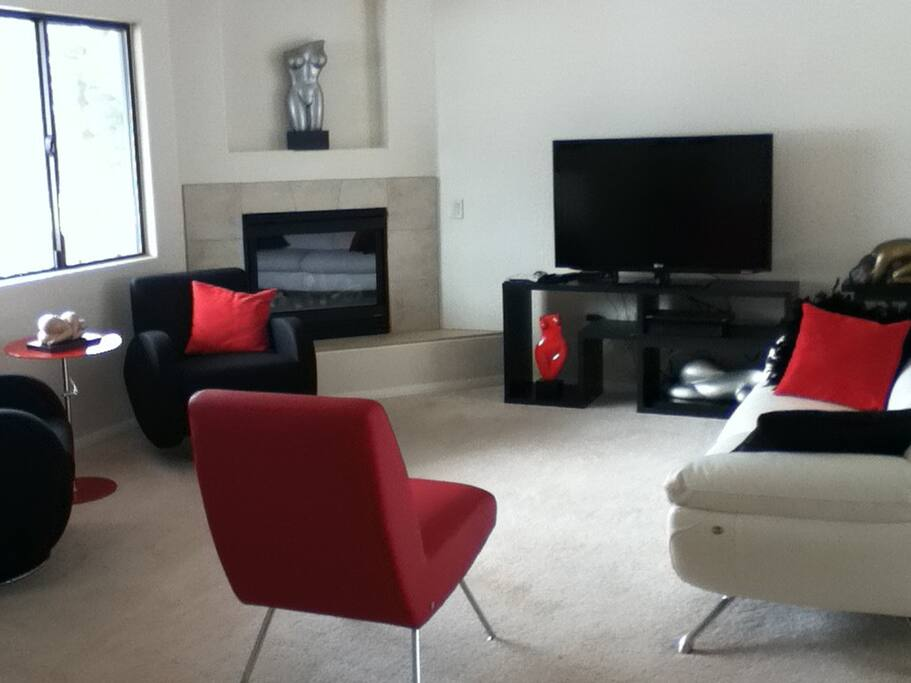 Bright living room with HDTV, wi-fi, cd player, fireplace and comfortable seating